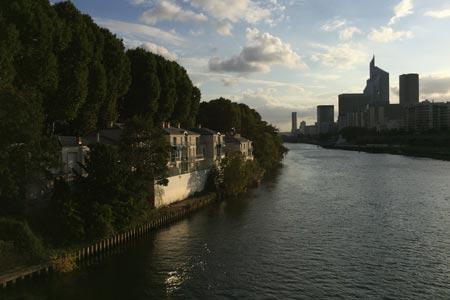 Une belle maison au soleil en bord de Seine face à la Défense
