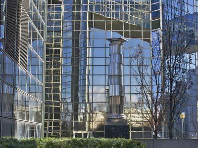 Une collone en métal entre des immeubles modernes