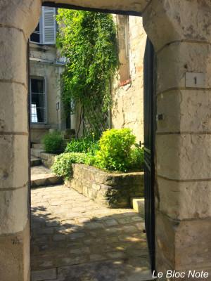 Entrée vers un petit jardin intérieur et une maison