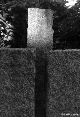 Un rayon de lumière sur un bloc de pierre