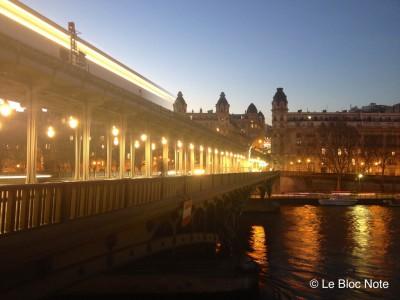 Pont Bir-Hakeim au coucher du soleil avec le passage du métro