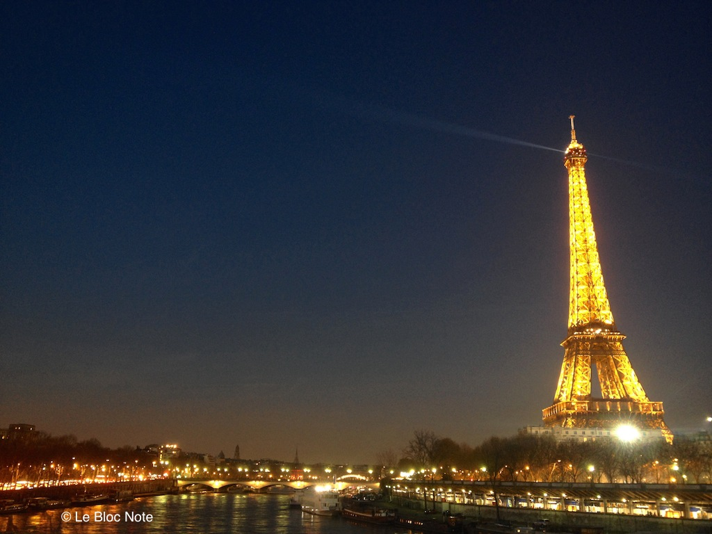 La Tour-Eiffel depuis le pont Bir-Hakeim juste après le coucher du soleil