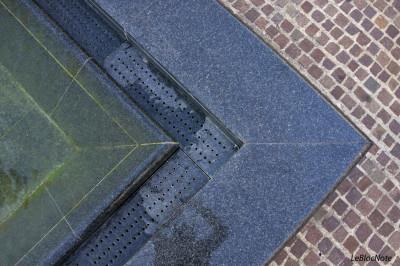 Effet graphique sur un sol pavé et le bord d'une fontaine