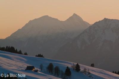 Chalet en montagne l'hiver au coucher du soleil