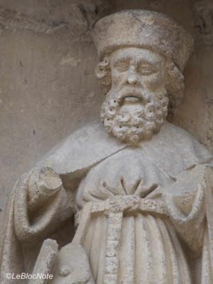Statue à l'extérieur d'une église