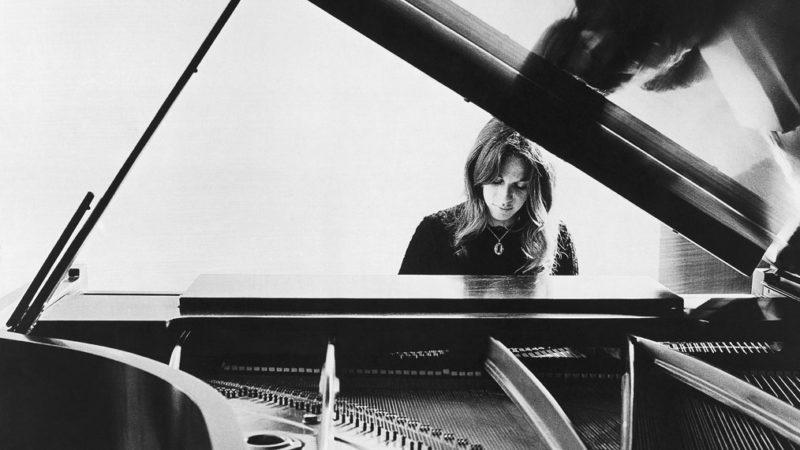 Carole King au piano en 1972